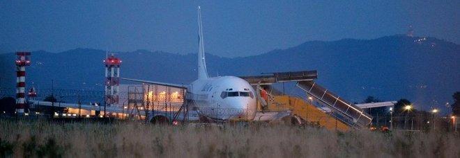 Il boeing della Blue Air dopo l'atterraggio di emergenza a Torino