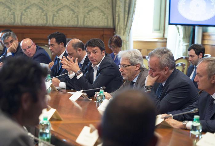 Il tavolo a Palazzo Chigi tra Governo e Regioni sul tema dell'immigrazione, Roma, 25 giugno 2015.