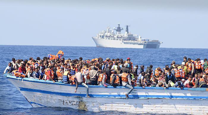 Immigrati alla deriva su su barconi in Libia