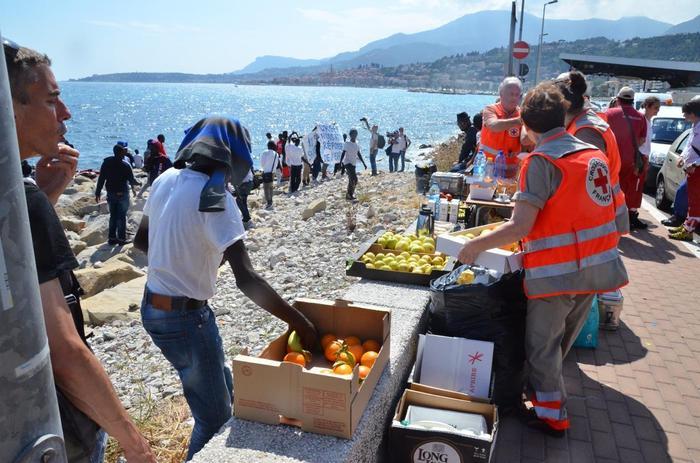 Migranti sul lungomare di Ventimiglia