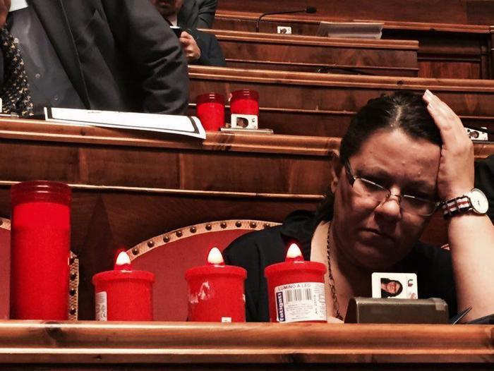 Lumini rossi sui banchi del M5S al Senato per protestare contro il maxi emendamento scuola