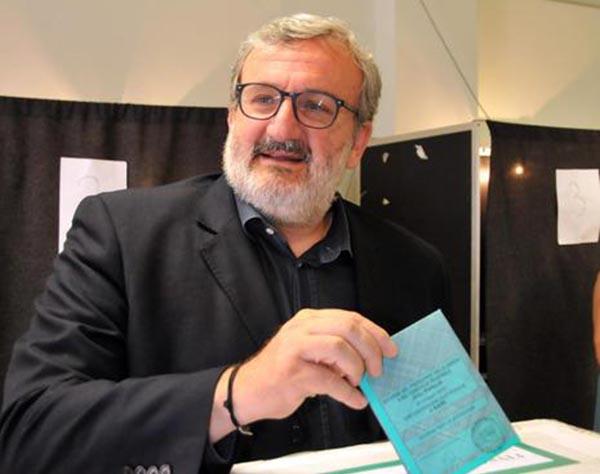 Michele Emiliano al seggio mentre vota