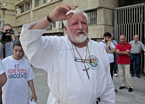 """Nella foto """"l'arringa"""" di Padre Fedele fuori dal tribunale di Cosenza dopo la sentenza di condanna"""