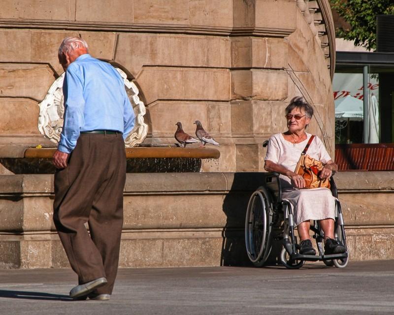 Censis: Poliche sociali, prosciugato il fondo per Politiche sociali - in foto anziani e disabili