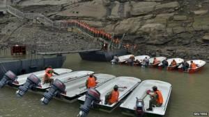Scialuppe di salvataggio pronte per ospitare i sopravvissuti