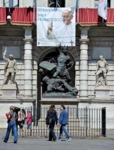 Un manifesto di benvenuto a Papa Francesco a Torino