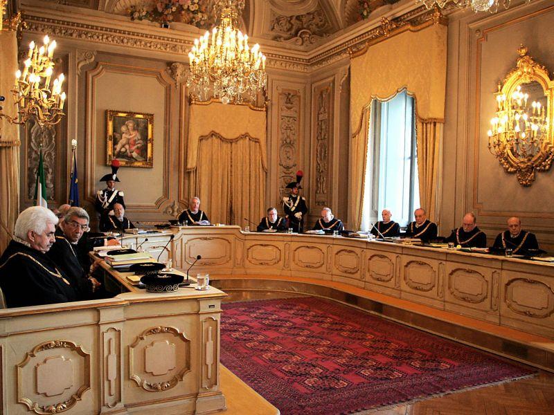 Una seduta della Corte Costituzionale - Sentenza Consulta salva Renzi