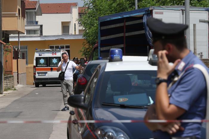 Carabinieri presidiano la via Carducci a Trentola Ducenta dove Luciano Pezzella ha commesso la strage