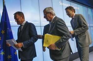 Da sinistra Donald Tusk , Jean-Claude Juncker  e Jeroen Dijsselbloem (Ansa/Epa)