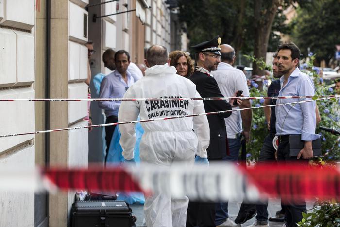Inquirenti al lavoro sul luogo dove l'orafo Giancarlo Nocchia è stato ucciso durante una rapina