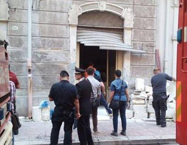 La saracinesca divelta dall'esplosione in un edificio a Taranto (Corriere del Mezzogiorno)