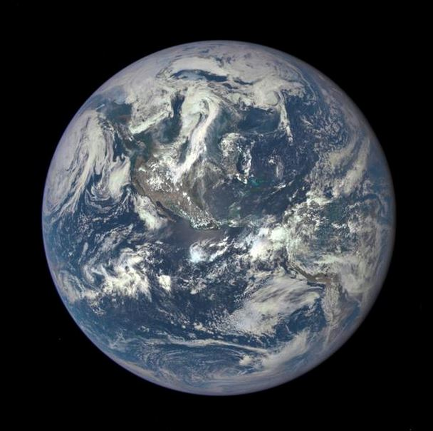 """Il Pianeta Terra come una Biglia Blu """"Blue marble"""" fotografato da 1 milione e mezzo di chilometri da Epic (Nasa)"""