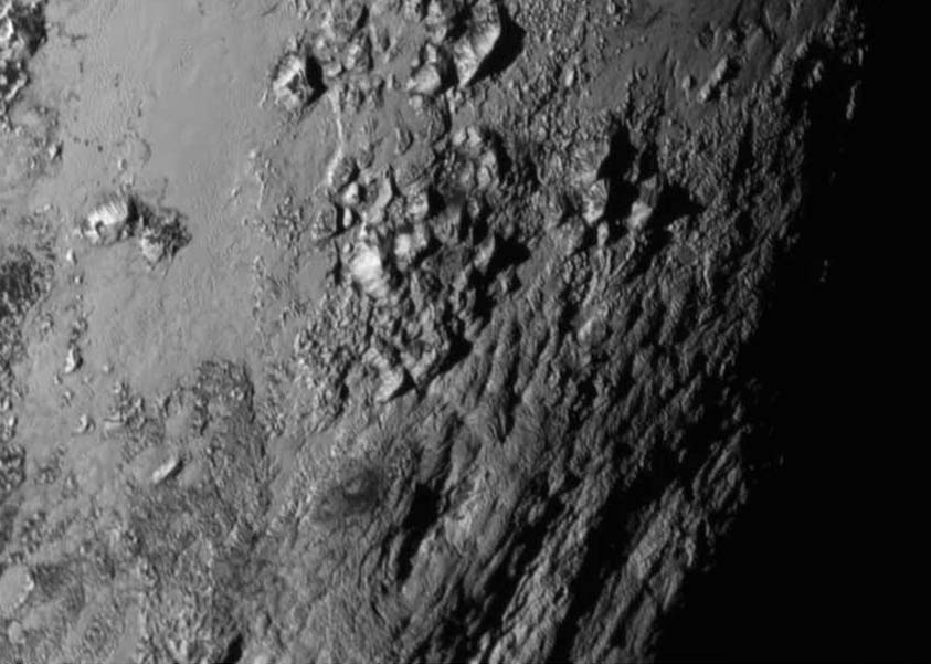 Plutone. Montagne ghiacciate alte 3.500 metri (Nasa)
