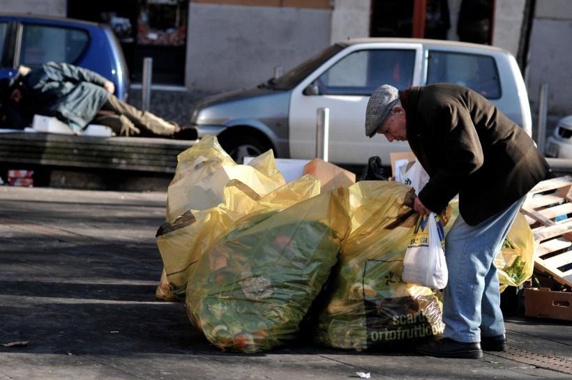 """FMI: ITALIA IN """"POVERTA'"""" PER ALTRI 20 ANNI - Un anziano fruga tra i rifiuti a Roma"""