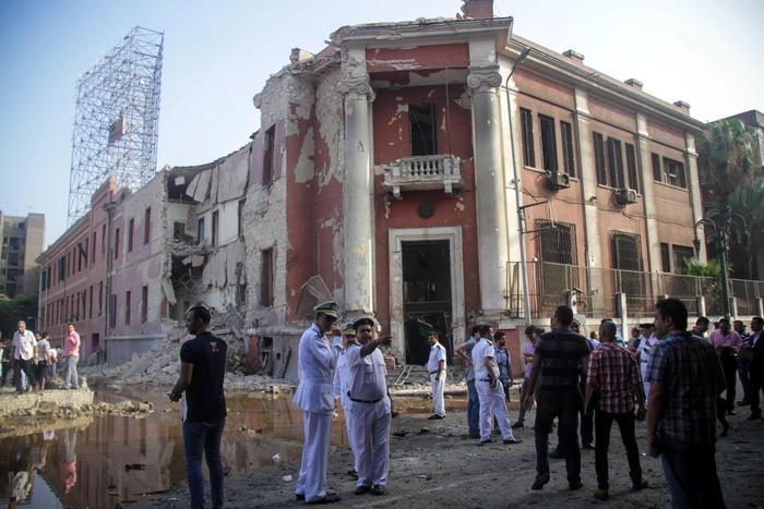 Autobomba contro consolato italiano a Il Cairo  - Attentato terroristico contro l'Italia