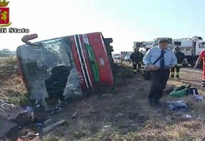 Il Pullman finito fuori strada sull'A1 Napoli Roma vicino Frosinone. 15 feriti