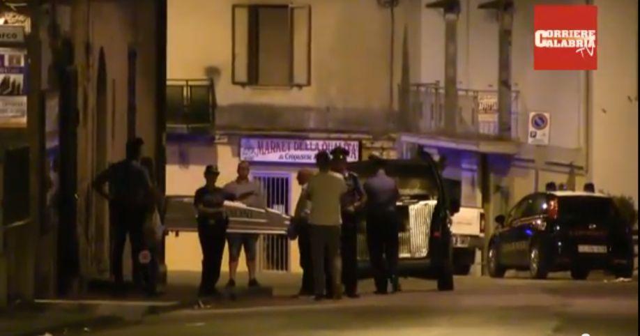 Omicidio a Catanzaro, il cadavere di Antonia Rotella viene portato via