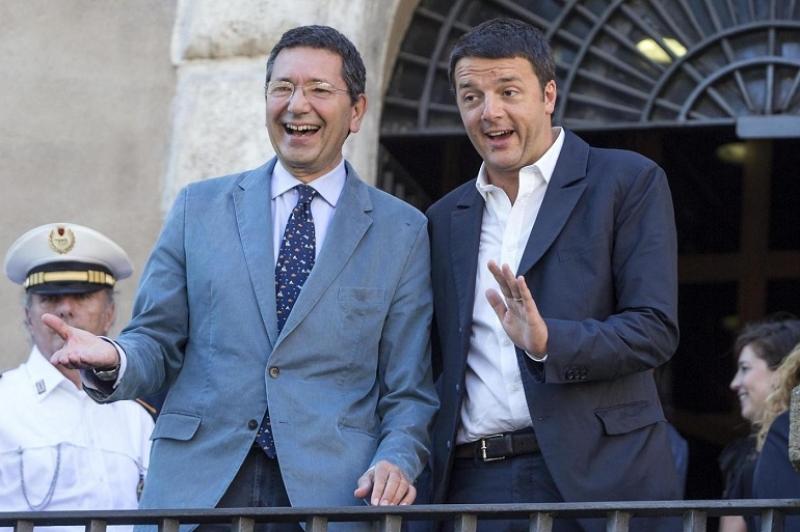 """Il sindaco Marino e il premier Renzi sorridenti. Mafia Capitale, Renzi non scioglie Roma ma """"commissaria"""" il sindaco Marino"""