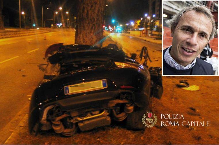 La Porsche dell'ingegnere Claudio Salini (riquadro) dopo lo schianto sulla Colombo a Roma