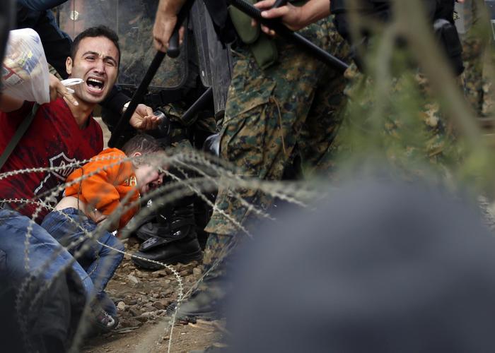 Immigrazione: migliaia di migranti passano confine Grecia Macedonia;scontri con polizia, 8 feriti