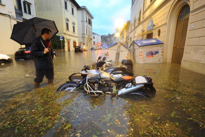 Disagi e allagamenti a causa del violento nubifragio a Firenze