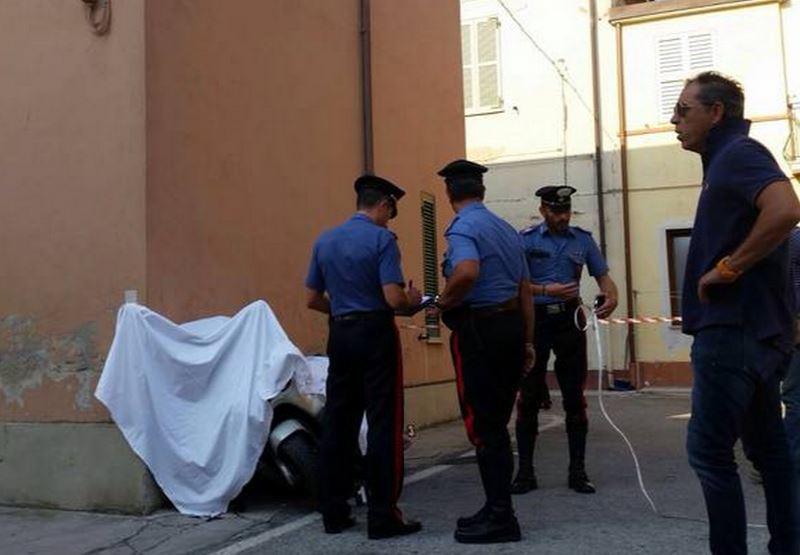 Carabinieri impegnati nei rilievi. Sotto il lenzuolo lo scooter con la vittima Alessandro Zamboni