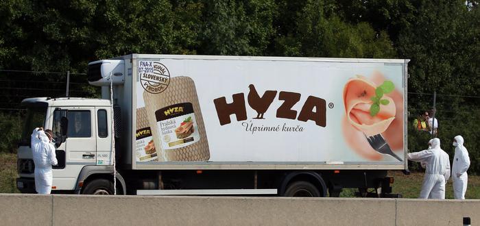 Il camion della società di prodotti avicoli Hyza dove sono stati rinvenuti i cadaveri di decine di migranti in Austria
