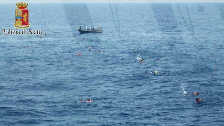 I migranti in mare in balia delle onde, lasciati in acqua dagli scafisti trafficanti