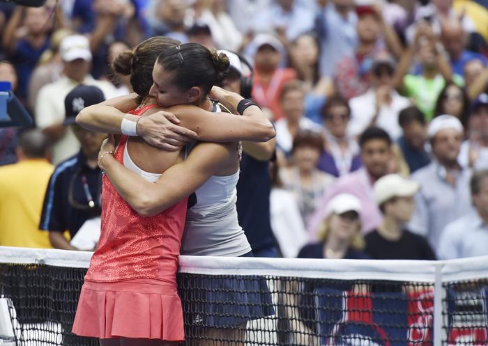 Us Open, abbraccio finale tra Flavia Pennetta e Roberta Vinci (Epa/Justin Lane)