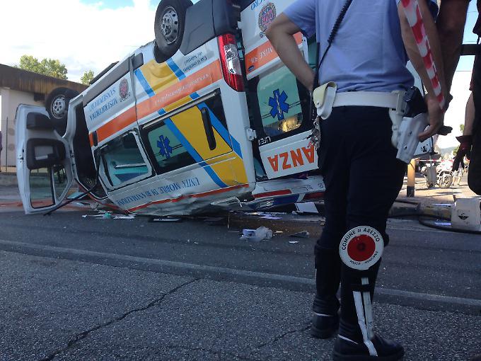 L'ambulanza ribaltata dopo l'incidente ad Arezzo