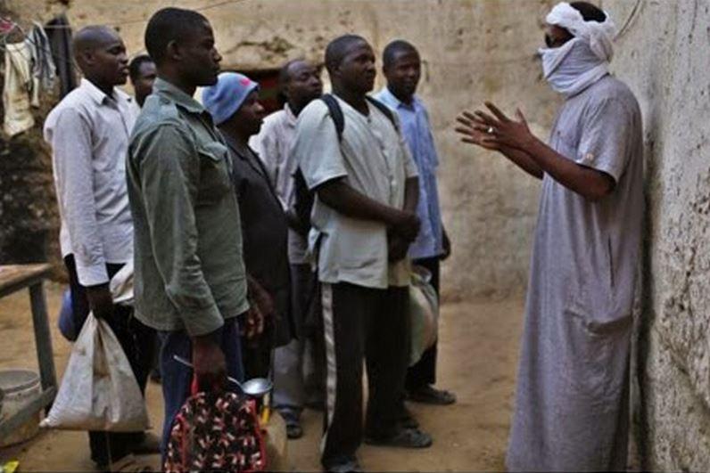 Giallo in Libia per l'uccisione del boss scafisti. Lui Sono vivo. Capo scafista impartisce ordini ai deportati