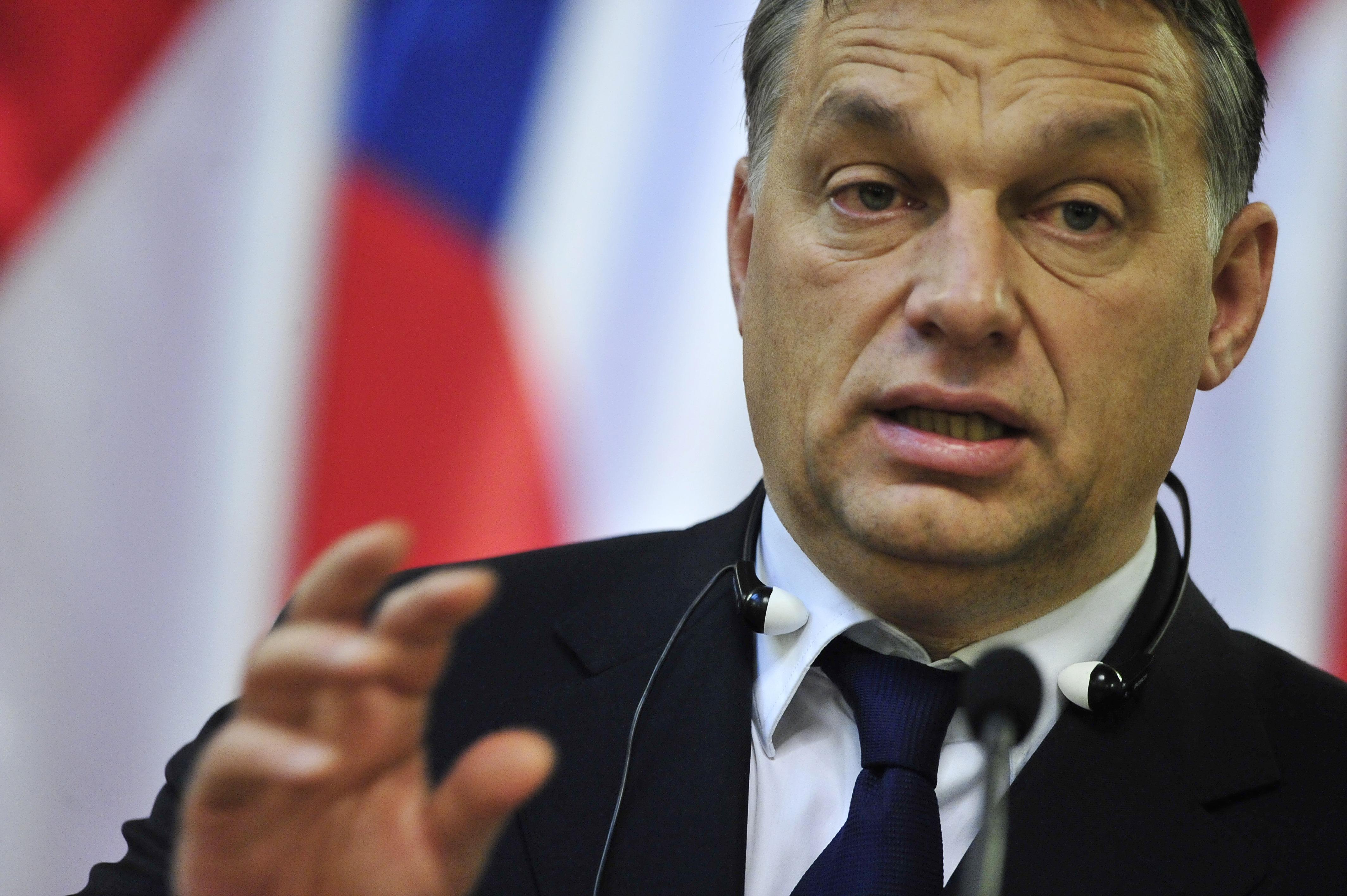 Il premier dell'Ungheria Viktor Orbán su migranti alza muri di filo spinato, gli altri paesi muri di militari