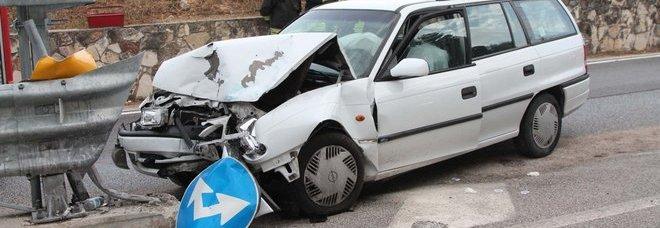 L'auto dopo l'incidente in cui hanno perso la vita a Santa Croce del Sannio Salvatore Girardi e Maria Mercuro