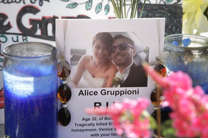 La foto nel memoriale sul lungomare di Venice Beach a Los Angeles dedicato ad Alice Gruppioni, a sinistra, in foto con suo marito Christian Casadei