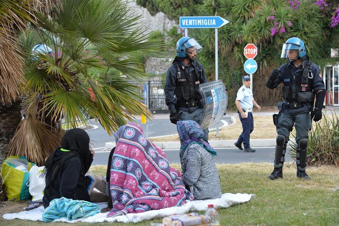 foto dello sgombero di luglio a Ventimiglia (Ansa)