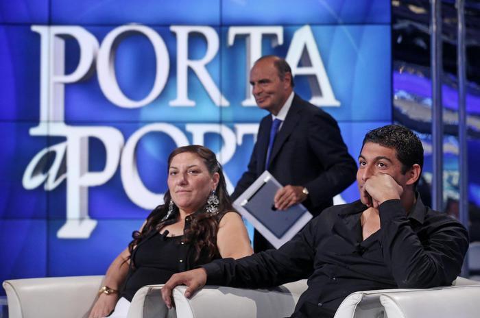 """Vera e Vittorino Casamonica, ospiti della trasmissione televisiva """"Porta a Porta"""", dietro di loro il conduttore Bruno Vespa (Ansa/di Meo)"""