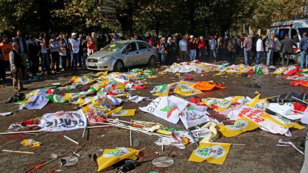 Bandiere della pace coprono alcune vittime dell'attentato terroristico ad Ankara, Turchia