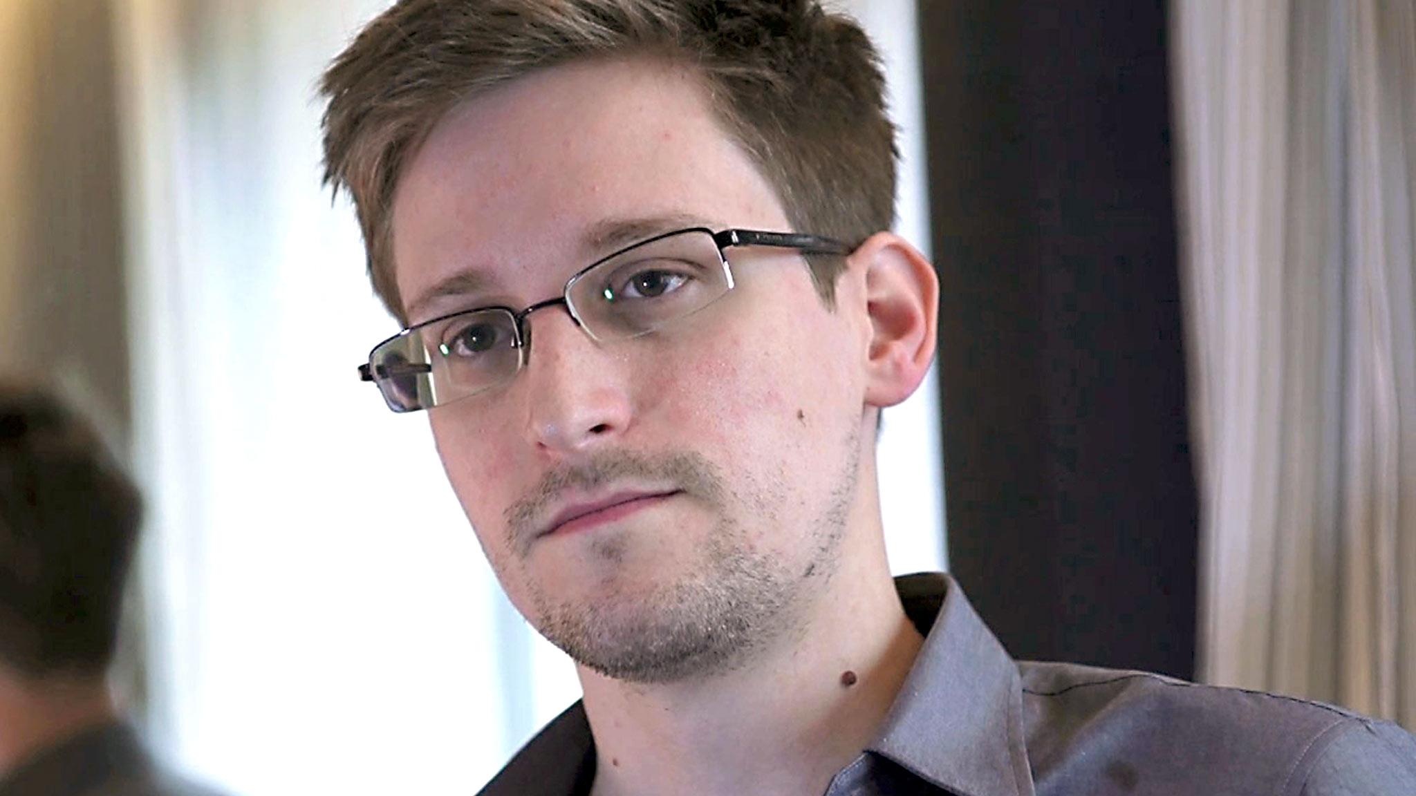 Edward Snowden spiega come l'intelligence britannica spia smartphone
