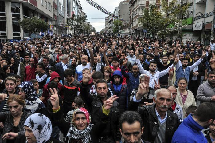 Manifestazioni domenica ad Ankara per commemorare le vittime dell'attacco ad Ankara (Ansa/Ap)
