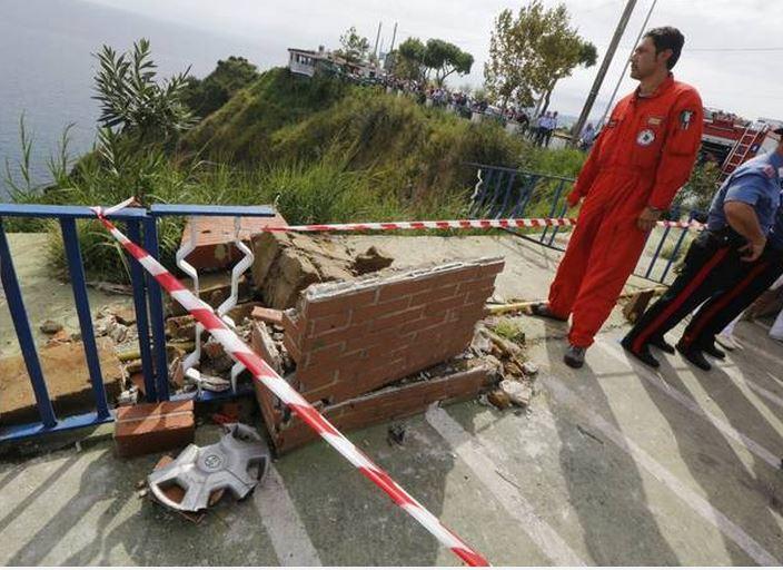 Il muretto sfondato dall'auto dove è morta dove è morta Valentina Schiano