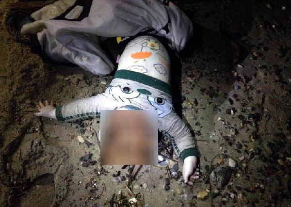 Un bambino siriano trovato morto sulla spiaggia di Kos - foto choc bambini siriani