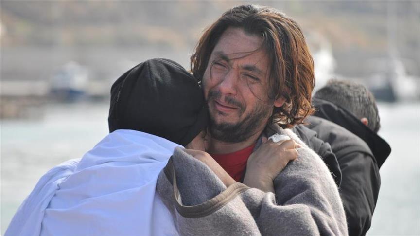 La disperazione di un sopravvissuto del naufragio nelle acque della Turchia in cui sono morti 12 persone tra cui 5 bambini