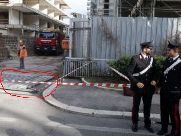 Il luogo in viale America a Roma Eur dove è caduto il cancello (cerchiato in rosso) ed è rimasta uccisa Isabella Monti, 69 anni