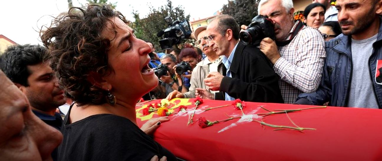 donna piange su bara congiunto ad Ankara