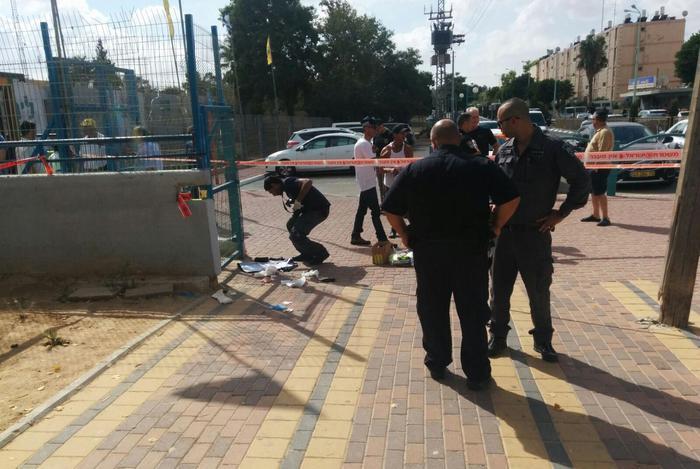 Agenti della polizia israeliana sul luogo dell'agguato, dove quattro arabi sono stati accoltellati oggi a Dimona, Neghev - Gaza - Palestina -Israele - Gerusalemme
