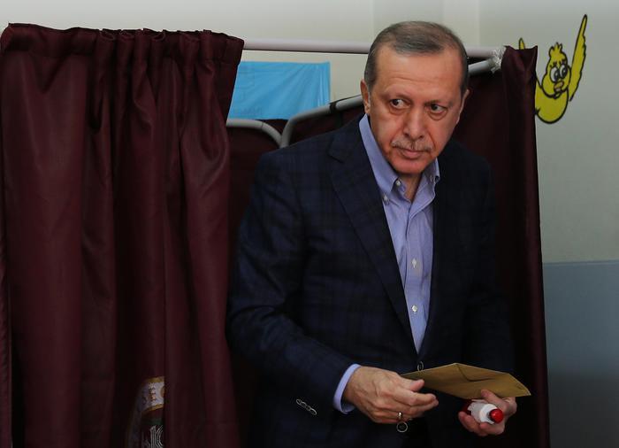 Elezioni Turchia, Erdogan al seggio. Il suo partito Akp conquista la maggioranza assoluta