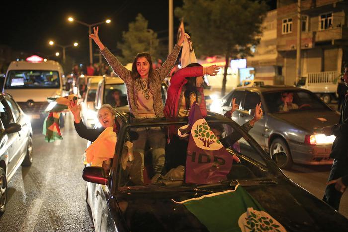 I sostenitori del partito curdo Hdp sfilano per le strade