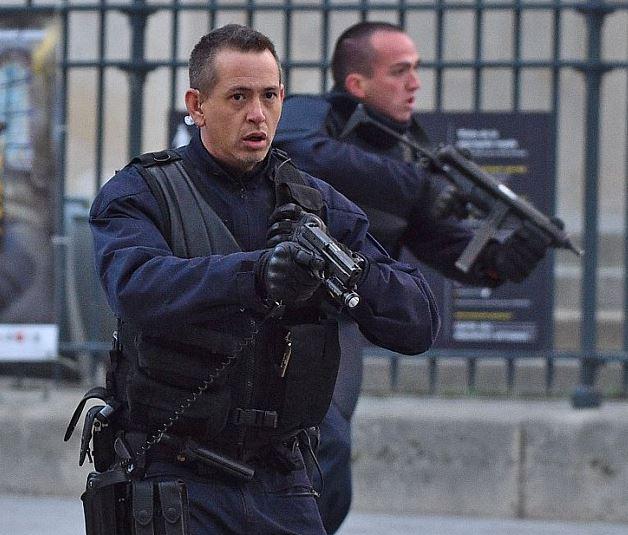 Parigi, lotta al terrore: E' massima allerta. L'Ue smantella Schengen