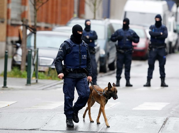 Uomini delle forze speciali belghe nel blitz a Molenbeek