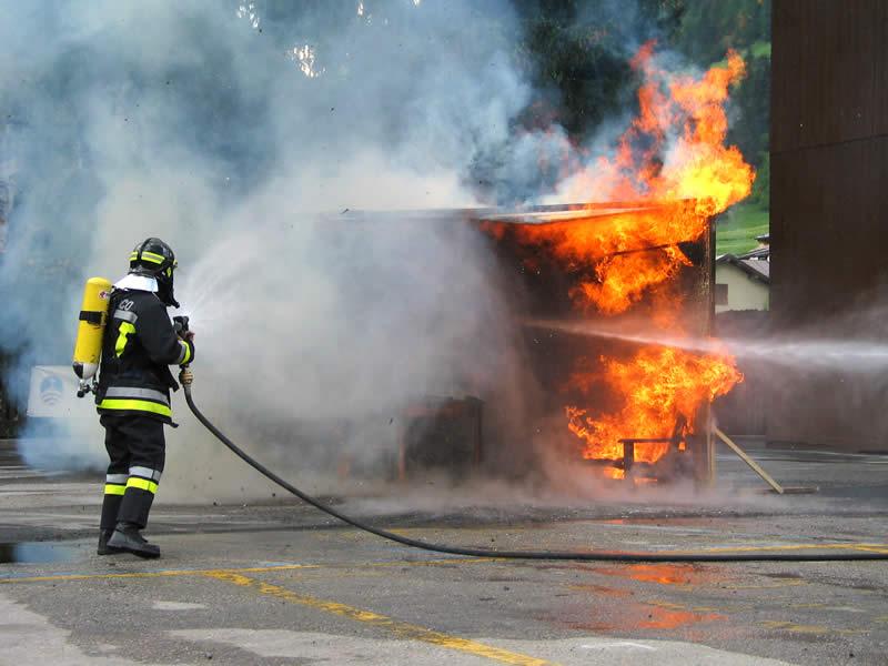 Roccabernarda, a fuoco magazzini. Evacuate le case vicine